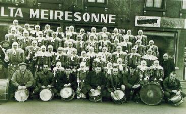 1955 - La société devant de local